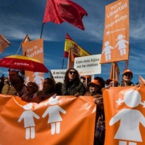 Quelques centaines de manifestants défilent contre la transsexualité - Espagne