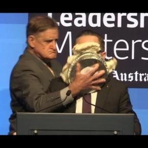 Le patron de Qantas entarté par un opposant au mariage gay - Australie