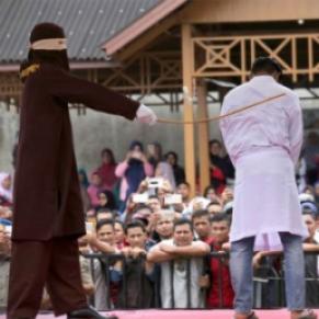 Deux hommes condamnés à des coups de canne pour relations homosexuelles - Indonésie