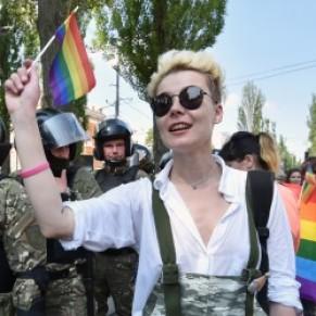 Plus de 2.500 personnes à la gay pride de Kiev, sous haute protection policière - Ukraine