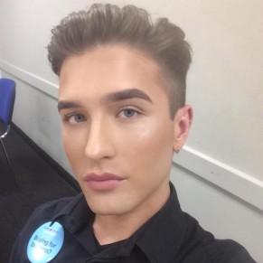 Un jeune vendeur refuse de renoncer à se maquiller sur son lieu de travail  - Royaume-Uni