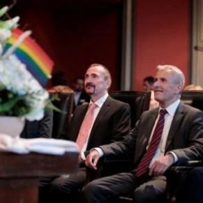 Les premiers couples homosexuels se sont mariés dimanche