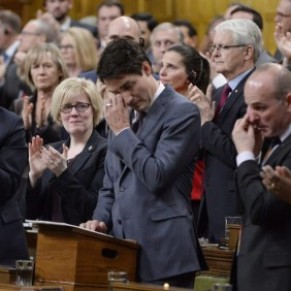En larmes, Justin Trudeau s'excuse auprès des gays et lesbiennes  - Canada