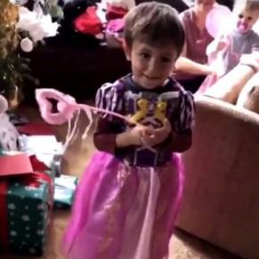Le champion de F1 Lewis Hamilton se moque de son neveu vêtu d'une robe de princesse pour Noël - Homophobie