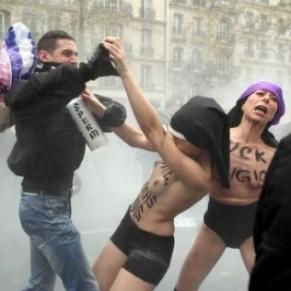 Huit hommes jugés pour avoir frappé des Femen lors d'une manifestation anti-mariage gay - Homophobie / Sexisme