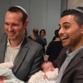 Un couple gay israélo-américain se bat pour faire reconnaître la citoyenneté à l'un de ses fils jumeaux né par GPA - Etats-Unis
