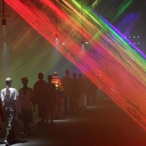 Vibrant hommage à la communauté LGBTQ pour le dernier défilé de Christopher Bailey - Burberry