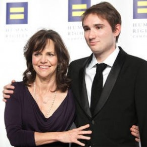Sally Field veut fiancer son fils gay avec le patineur Adam Rippon - People