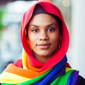 Une entreprise de mode appartenant à des musulmans présente un hijab LGBT - Australie / Mardi Gras gay