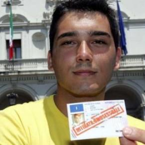 Privé de permis de conduire du fait de son homosexualité, un citoyen obtient réparation après 17 ans de lutte - Italie