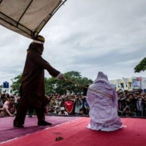 Les bastonnades pour homosexualité n'auront plus lieu en public - Indonésie