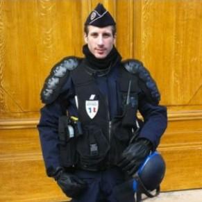 Emmanuel Macron rend hommage au policier Xavier Jugelé assassiné sur les ChampElysées - Attentat