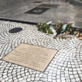 Vandalisme homophobe contre la plaque honorant les derniers condamnés à mort pour homosexualité - Paris