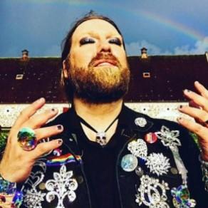 Un chanteur lyrique retourne des insultes homophobes en cantate pro-LGBT - Suède