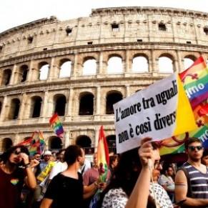 Gay Pride à Rome où un ministre nie l'existence des familles homoparentales