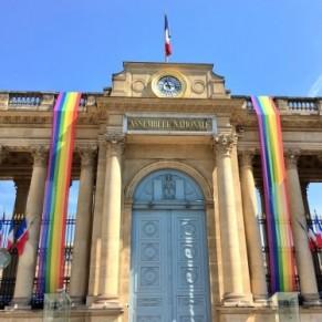 Le drapeau arc-en-ciel sur l'Assemblée nationale à l'occasion de la gay pride