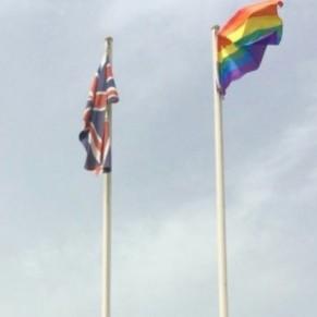 Le drapeau gay sur l'ambassade de Grande-Bretagne à Alger suscite la colère d'internautes