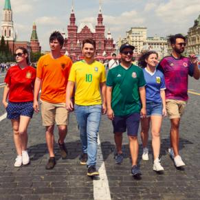 Des militants LGBT reproduisent le rainbow flag avec des maillots de foot en plein Moscou - Coupe du Monde en Russie