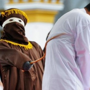 Un couple gay puni à coups de bâton à Aceh pour avoir enfreint la charia - Indonésie