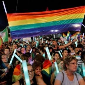 Des dizaines de milliers de manifestants dans la rue contre la loi interdisant la GPA aux couples gays - Israël