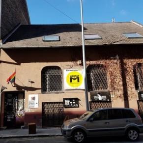 Des néo-nazis brulent un drapeau arc-en-ciel qui flottait devant un centre culturel de Budapest  - Hongrie