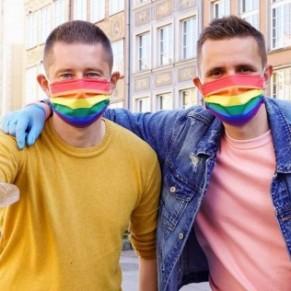 Un couple gay distribue des masques arc-en-ciel dans les zones sans LGBT - Pologne