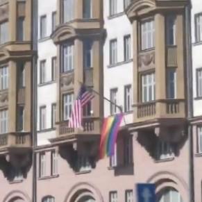 L'ambassade américaine à Moscou arbore le drapeau arc-en-ciel à la veille du référendum anti-gay - Russie / Droits LGBT
