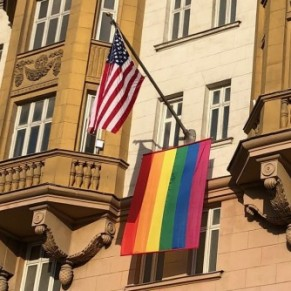 Poutine se moque du drapeau arc-en-ciel de l'ambassade américaine - Russie