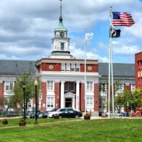Une ville du Massachusetts reconnaît légalement les relations à plus de 2 personnes  - Etats-Unis
