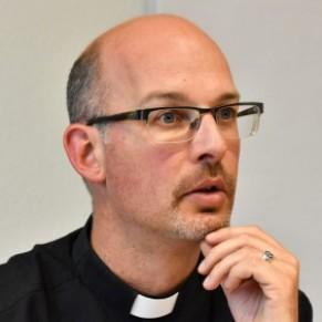 Un abbé renonce au diocèse de Fribourg après la révélation de son profil sur un site de rencontres gay - Suisse
