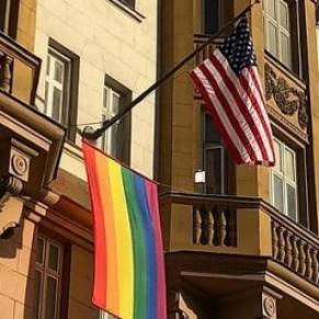 La Russie proteste officiellement contre les drapeaux arc-en-ciel sur les ambassades étrangères - Homophobie d'État