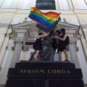 Trois personnes inculpées pour avoir drapé un Christ d'un drapeau arc-en-ciel