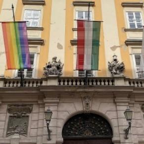 Un ex-député arrêté pour avoir arraché le drapeau de la fierté LGBT de la mairie de Budapest  - Hongrie