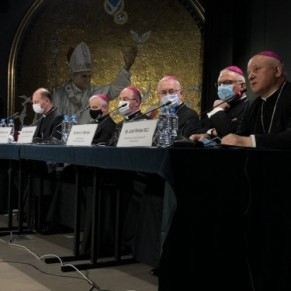 Les évêques préconisent des cliniques pour <I>réorienter sexuellement</I> les personnes LGBT  - Pologne