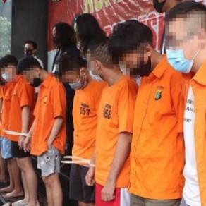 La police arrête des dizaines de personnes lors d'une descente contre une fête gay de Jakarta - Indonésie