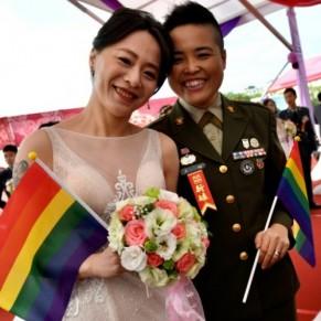 Deux couples homosexuels se marient lors d'une cérémonie militaire - Taïwan