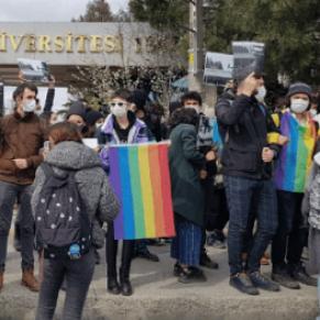 Des dizaines d'étudiants arrêtés pendant une manifestation de soutien à des militants LGBT - Istanbul