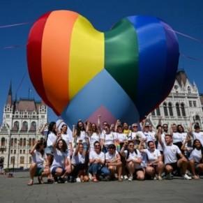 Contre une loi homophobe, un coeur arc-en-ciel devant le Parlement - Hongrie