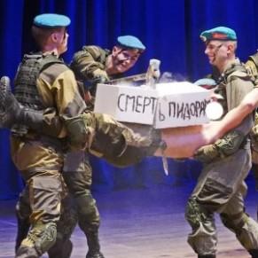Des cadets parachutistes simulent le meurtre d'un homosexuel lors d'une représentation théâtrale - Russie