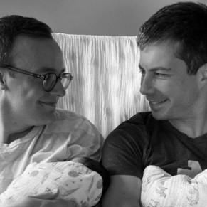 Le ministre des Transports et son mari présentent leurs jumeaux - Etats-Unis